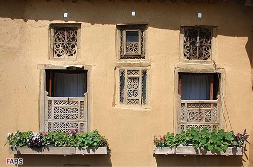 نمایی از پنجره های یک منزل مسکونی در شهر ماسوله استان گیلان